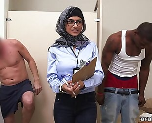 Mia khalifa the arab pornstar measures white knob vs dark rod (mk13768)